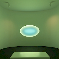 Installationsansichten «My Light». James Turrell «Curved Elliptical Glass: Healing Light», 2017. Installation mit computergesteuerten LED, Loop 150 min, 380 x 515 x 535 cm. Courtesy: Universitäts-Kinderspital Zürich – Eleonorenstiftung. Foto: Florian Holzherr.