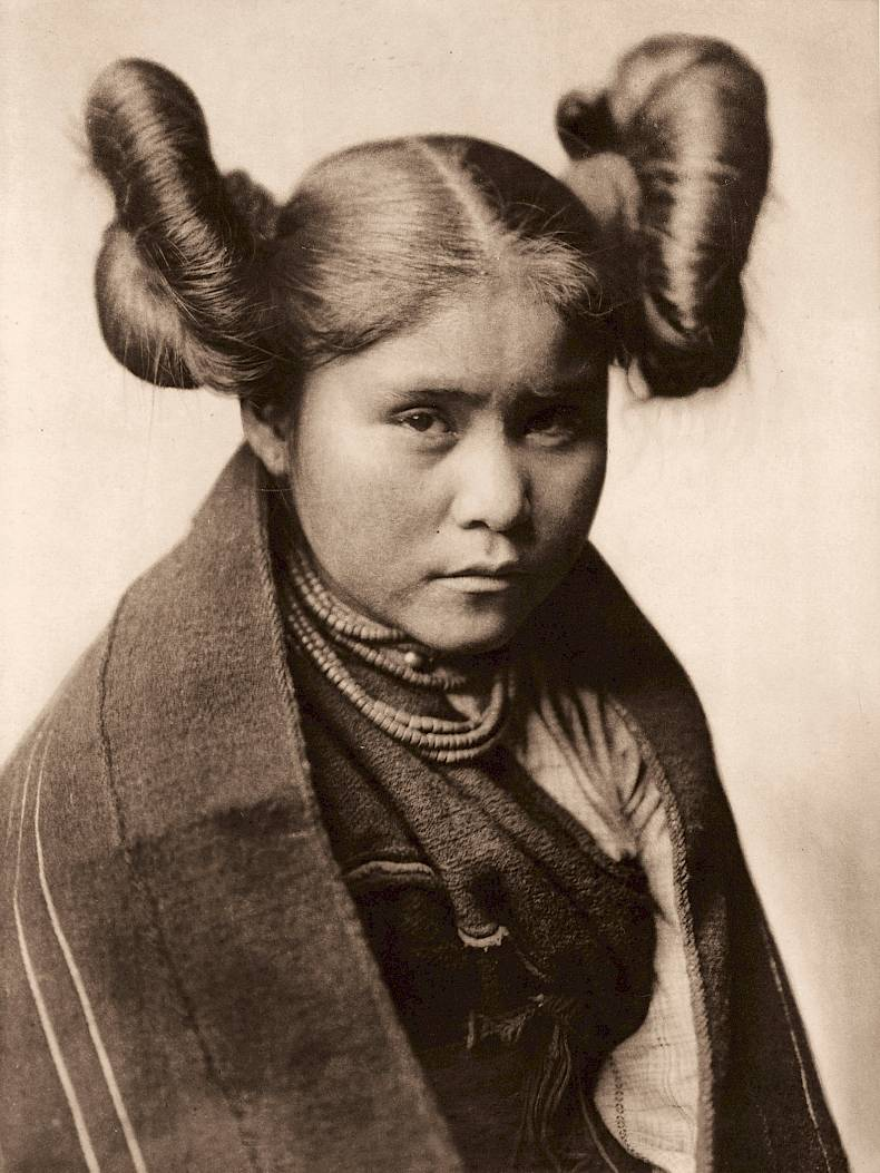 «Chaiwa-Tewa», Edward S. Curtis, Fotogravur, 1921, Charles Deering McCormick Library of Special Collections, Northwestern University Libraries